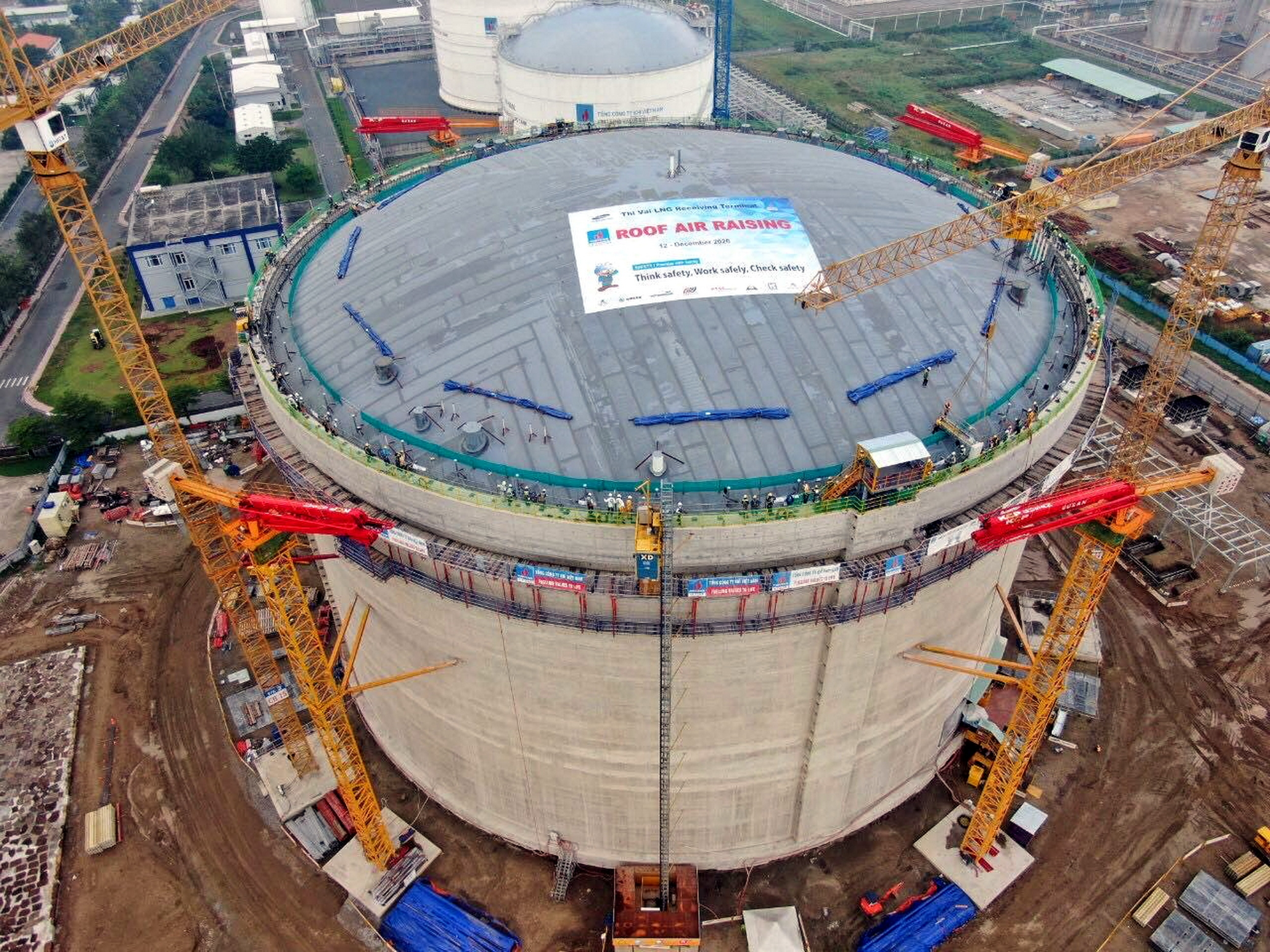 PV GAS hoàn thiện thi công và nâng mái bồn chứa của kho LNG Thị Vải